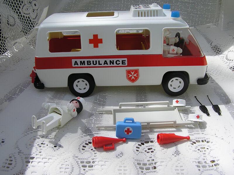 Die verschiedenen Varianten des Playmobil-Krankenwagens