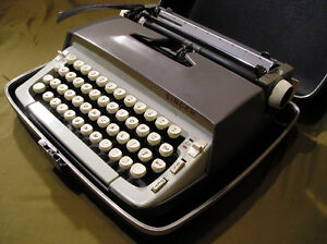Singer Professional portable manual typewriter, made in Canada