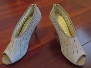 Womans suede shoe size 6 - Brand New - See our other ads Windsor Region Ontario image 2