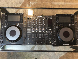 Two Pioneer CDJ 900 Nexus & One DJM 850 Mixer W. Flight Cases