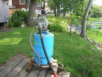 Pompe en fonte Berkeley monté sur réservoir.