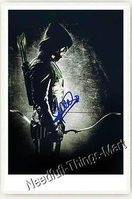 Stephen Amell als Oliver Queen in Arrow (TV Series) - Autogrammfotokarte [K2] 