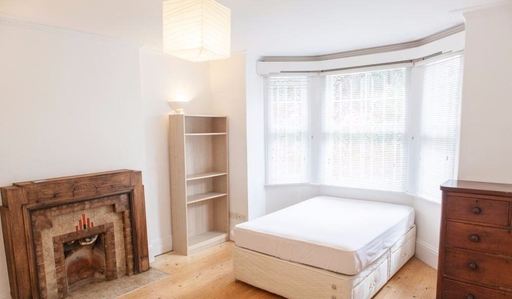 In Forest Gate in nice clean with sitting room house big double room to rent.