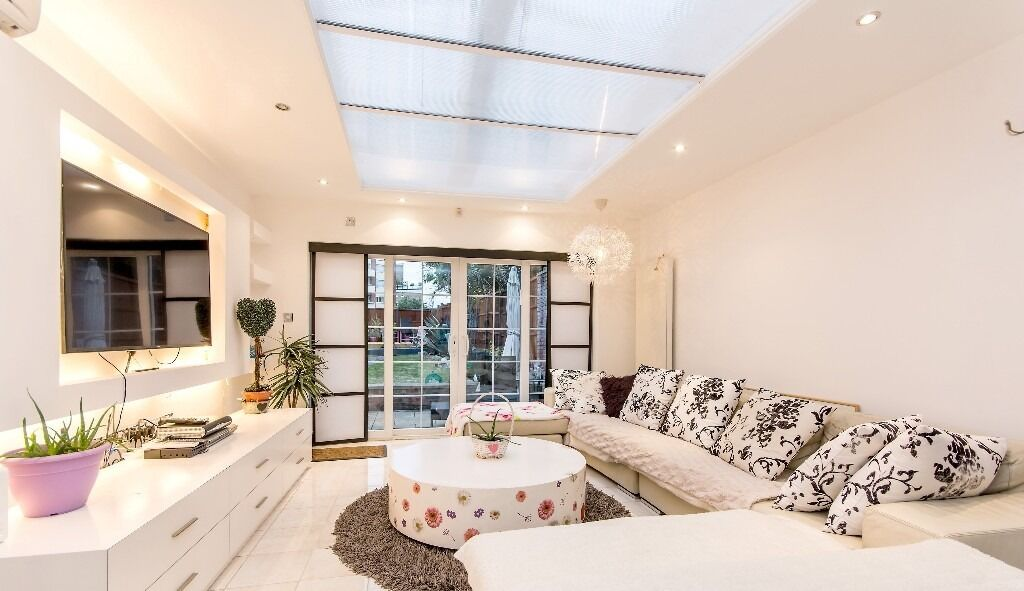 LUXURY STUNNING ULTRA MODERN 4 DOUBLE BEDROOM 3 STOREY HOUSE WITH HUGE GARDEN & PARKING