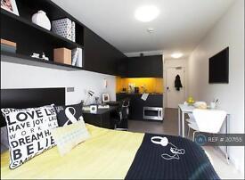Studio flat in Shepherds Bush Road, London, W6