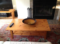 Solid pine coffee table / Table de café en bois