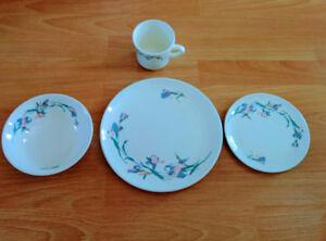 16-Piece Dinner Set   - BRAND NEW!  - Beautiful pattern