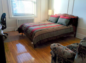 Beautiful furnished room on Queen Mary near UdeM & metro Snowdon