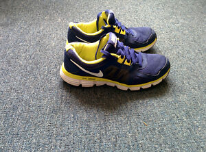 ***** NIKE SHOES SIZE 9 VERY GOOD CONDITION *****