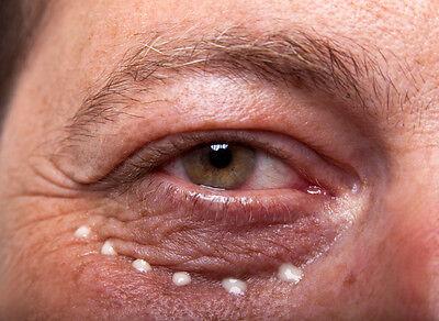 Auch an deinen Augen nagt der Zahn der Zeit: Gönn ihnen die nötige Pflege.