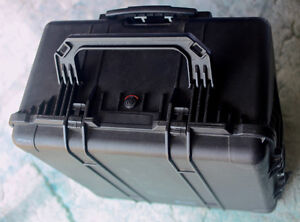 LARGE PELICAN CASE IN EXCELLENT WORKING CONDITION