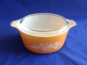Pyrex butterfly gold 2.5 quart casserole dish - great condition