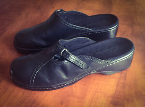 **WOMEN'S BLACK CLARK'S SLIDE ON LEATHER SHOES FOR SALE-SIZE 9**