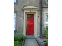 June - Aug Central Stirling Share/Rent 2 bed flat with 1 female-free parking, desirable location