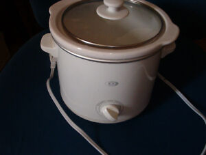 Small crock pot,/slow cooker ,excellent condition $8.00