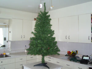 sapin de 4 pieds 1/2 avec lumieres et decorations  20.00
