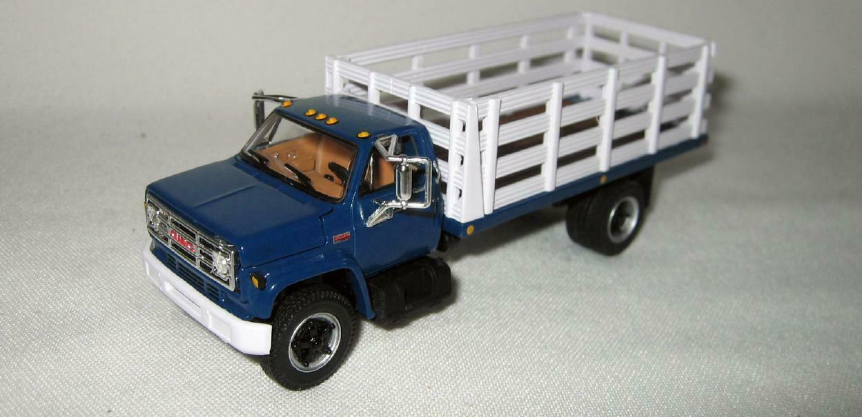 1/64th DCP 60-0965 GMC 6500 427 Engine Blue With Single-Axle White Stake Box