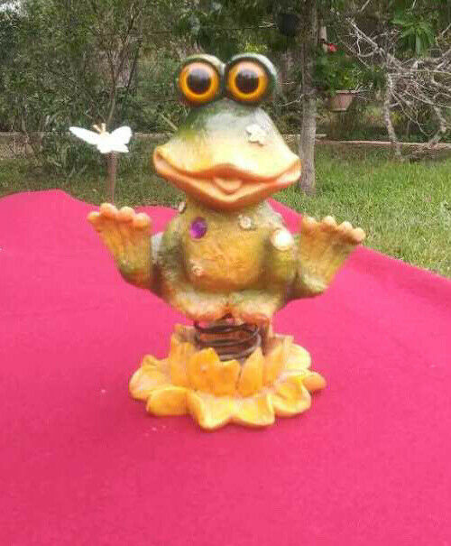 Frog Holding Flowers Figurine Decor