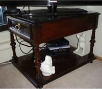 solid wood coffe of tv table on wheels w. drawer