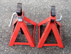 2 Axle Stands 6 Ton Locking  Very Good Condition $30.00 Both.