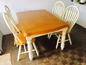 Table + 6 chaises en bois - Wood table + 6 chairs - 450$