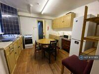 4 bedroom flat in Hamlets Way, London, E3 (4 bed) (#1117969)