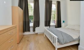 Birght and Airy room available for Couple near to Royal London Hospital