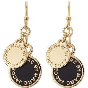 marc by marc jacobs logo enameldrop earrings black@ Gold