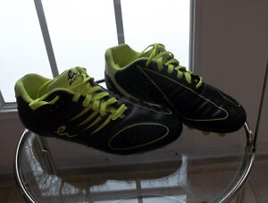 Eletto boy's soccer shoes   size 6