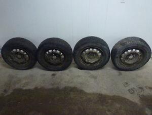 4 jantes (5x114.3) et 4 pneus d'hiver (P195/65R15)