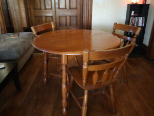 Solid wood round table with 3 chairs and leafs