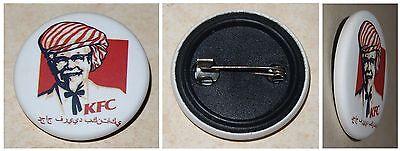 Button-Anstecker KFC Kentucky Fried Chicken mit Schriftzug auf Arabisch