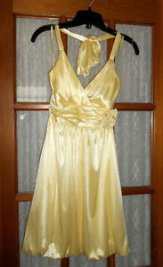 BEAUTIFUL GRAD DRESS - size XS from Le Chateau