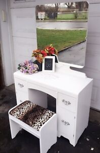 """GORGEOUS Vanity with mirroir and chair- 39.5""""x29"""""""
