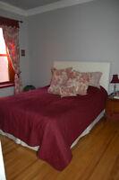 Couvre-lit, rideaux et coussins en toile de jouy bourgogne