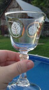 Vintage. 4 verres à digestif. Déco feuilles or et blanc