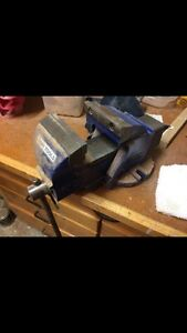 Heavy duty gray tools bench vise