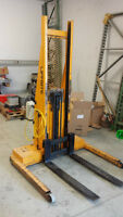 Manual operated forklift (manual-electric straddle stacker)
