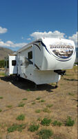 2010 BIGHORN DELUXE MODEL 3585RL MUST SELL
