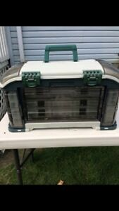 Plano deluxe fishing tackle box