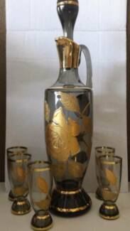BOTTLE / DECANTER - RETRO / VINTAGE STYLE WITH 5 GLASSES