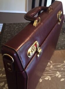 Leather briefcase (brown) -New! West Island Greater Montréal image 2