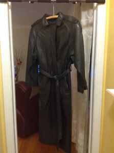 manteau long en cuir noir pour femme.Gr. médium/large  État neuf