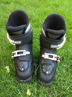Child's ski boots (size 12-12.5 /mondo 18-18.5) / Bottes de ski