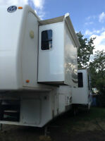 2007Luxury Monaco 5th wheel 32 feet
