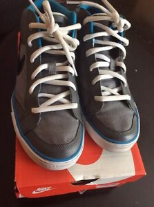 NEW NEVER WORN NIKE SHOES SIZE 7!! London Ontario image 4