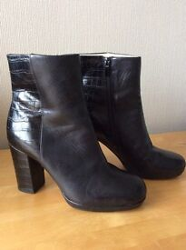 Ladies size 4 1/2 D Clarks Narrative leather ankle boots
