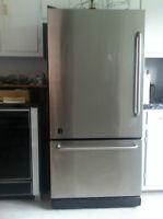 Réfrigérateur (Inox) et cuisinière blanche