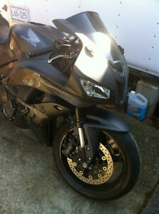 HONDA CBR600RR 2008 WITH ONLY 2900 MI PARTING IT OUT NEW TIRES Windsor Region Ontario image 9
