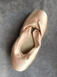 Pointe Shoes (size 7)